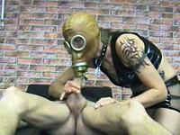 lekker creatief met gasmaskers