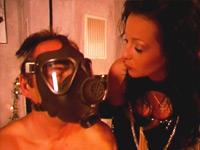 gasmasker op tijdens sm