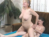 Een oude sloerie laat haar dikke memmen lekker schudden tijdens de neukpartij.