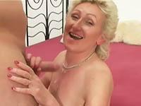 Grootmoeder heeft een paar fijne, zachte tieten waar je lekker geil mee kunt spelen.
