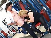 Sportleraar wordt boos op een dik wijf en vindt dat hij hem beter kan gaan pijpen.