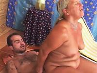Een relaxende oma wordt op slag verliefd op een jongen en laat zich geil masseren.