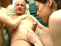 Opa betrapt meisjes