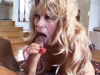 Keihard wil deze blonde milf genaaid worden door de jongeman met zijn dikke lul.