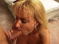 Blonde moeder laat zich stevig in de mond en vagina naaien door haar jonge knul.