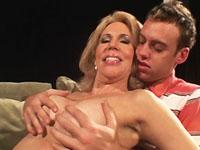 Brutale knul zegt tegen de moeder van zijn beste vriendin dat hij haar wil neuken.