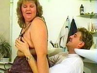 Een kapper sluit zijn zaak om zijn dikke assistentie af te neuken en vol te spuiten.