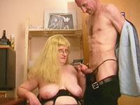 Een lelijk dik wijf wordt door een oude kerel overgehaald tot sex op zijn bureau.