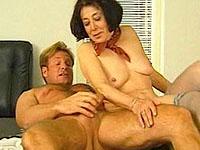 Directeur sluit zijn kantoor af om zijn rijpe secretaresse op het bureau te neuken.