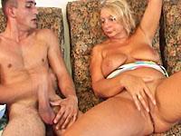 Jonge knul steekt zijn stijve piemel in de natte vagina van een dikke oma.
