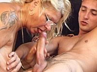 Een jong ventje heeft zijn hoofd gestoten en laat zich troosten door oma.
