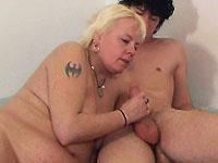 Willem brengt zijn oude buurvrouw Marja een bezoekje dat eindigt met hete sex.