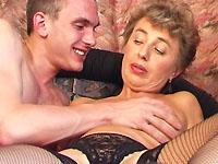 De buurvrouw werkt veel te hard en heeft recht op ontspanning met de buurman.