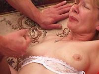 Deze gast is helemaal verzot op de het oude, verlepte lichaam van de buurvrouw.
