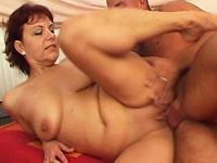 Terwijl haar man op zijn werk is, heeft de dame sex met de jongen van hiernaast.